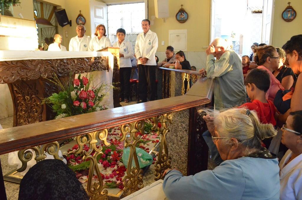 Fiéis fazendo suas orações no túmulo do Pe. Cícero, que fica dentro da Capela do Socorro. (Foto: Patrícia Silva)