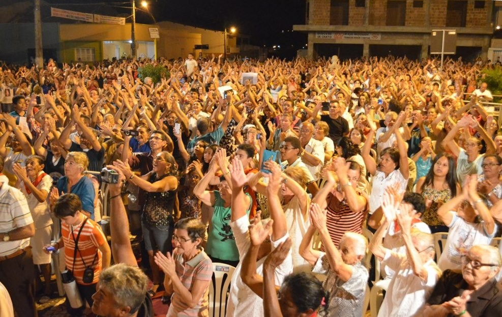Fiéis celebrando o centenário da Diocese de Crato, com a peregrinação da imagem de Nossa Senhora da Penha, na Forania IV. (Foto: Patrícia Silva)