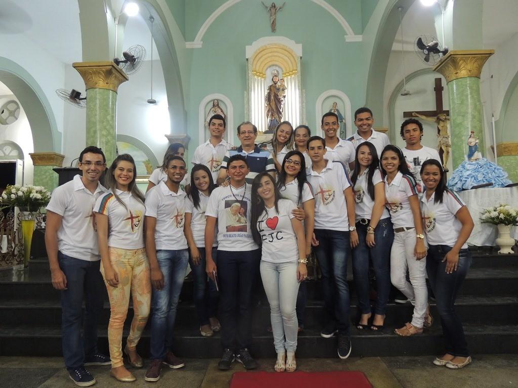Pe. Ivo com jovens do movimento EJC (Encontro de Jovens com Cristo). Foto: Patrícia Silva)
