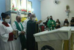 Comunidade São Sebastião, em Abaiara, acolhe Dom Gilberto para bênção do altar